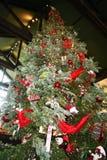 Reusachtige Kerstmisboom met lichten stock afbeeldingen