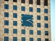 Reusachtige klok op het gebouw Royalty-vrije Stock Afbeeldingen