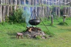 Reusachtige Kokende Pot bij een Open haard in Ierland Stock Fotografie