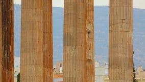 Reusachtige kolommen van Zeus Temple gewijd aan koning van Olympian goden in Athene, Griekenland stock footage