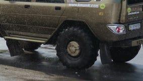 Reusachtige monstervrachtwagen, militaire stijl het onderhouden menigte bij arena stock video