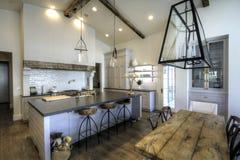 Reusachtige nieuwe keuken en eetkamer Royalty-vrije Stock Afbeeldingen