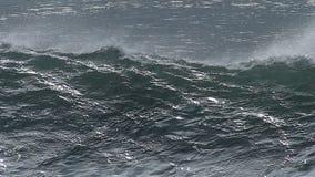 Reusachtige Oceaangolf die de Kust van Californië afbreken stock videobeelden