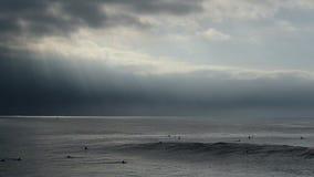 Reusachtige Oceaangolf die de Kust van Californië afbreken stock footage
