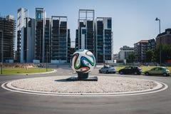 Reusachtige officiële de gelijkebal van Brazuca in het midden van een rotonde in Milaan, Italië stock foto's