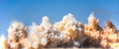Reusachtige ontploffing op de bouwwerf stock foto's
