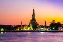 Reusachtige pagode wat complex aan de kant van de rivier tijdens schitterende romantische zonsondergang royalty-vrije stock afbeelding