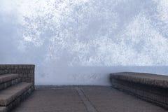 Reusachtige plons van zeewater tegen golfbreker dichte omhooggaand Stock Afbeelding