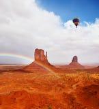 Reusachtige regenboog en rotsen Stock Afbeelding
