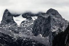 Reusachtige rots in de bergen van Alpen Stock Foto