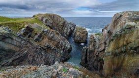 Reusachtige rotsen en keidagzomende aardlagen langs de kustlijn van Kaapbonavista in Newfoundland, Canada Royalty-vrije Stock Foto