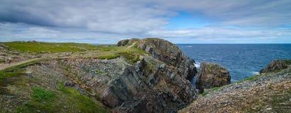 Reusachtige rotsen en keidagzomende aardlagen langs de kustlijn van Kaapbonavista in Newfoundland, Canada Stock Fotografie