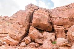 Reusachtige rotsen in Petra Red Rose City, Jordanië stock foto
