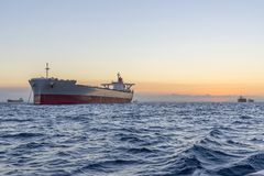 Reusachtige schepen op zee bij zonsondergang royalty-vrije stock fotografie