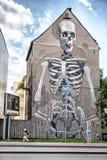 Reusachtige skeletgraffiti op het huis in Koln Duitsland Stock Fotografie