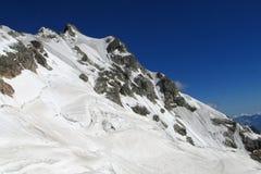 Reusachtige sneeuw en rotsachtige berg royalty-vrije stock afbeelding