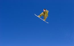 Reusachtige snowboarding sprong op hellingen van skitoevlucht in Spanje Stock Foto's