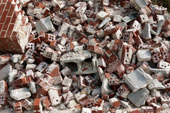 Reusachtige Stapel van Verworpen Gebroken Bakstenen bij Vernielingsplaats Royalty-vrije Stock Fotografie