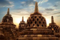 Reusachtige steen Boeddhistische stupas tegen de achtergrond van de zonsopgang in de Borobudur-Tempel Java Island indonesië Beroe stock foto's