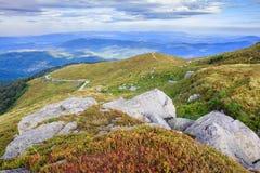 Reusachtige stenen bovenop de horizontale berg Royalty-vrije Stock Foto