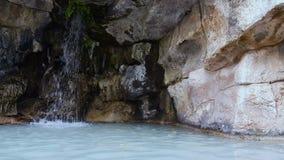 Reusachtige stenen en stromen van de waterval van de Kasteelheuvel in Frankrijk, reisaantrekkelijkheid stock videobeelden