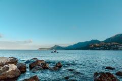 Reusachtige stenen op het strand royalty-vrije stock afbeelding