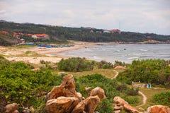 Reusachtige stenen op het strand Vietnam royalty-vrije stock foto