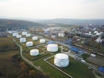 Reusachtige tanks met brandstof en ontvlambare stoffen op het grondgebied van de raffinaderij Weergeven van de hommel bij een hoo royalty-vrije stock fotografie