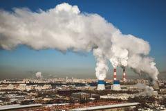Reusachtige Thermische Elektrische centrale met rokende schoorstenen Stock Afbeeldingen