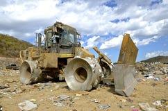 Reusachtige tractor voor het bewegen van afval in een stortplaats Royalty-vrije Stock Afbeeldingen
