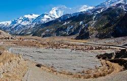 Reusachtige Vallei in Nepal in de bergen van Himalayagebergte royalty-vrije stock afbeeldingen