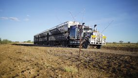 Reusachtige vrachtwagen op een woestijn stock footage