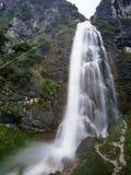 Reusachtige waterval met wandelaar Royalty-vrije Stock Foto