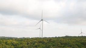 Reusachtige windmolens, windturbines die elektriciteit op winderige dag produceren stock videobeelden