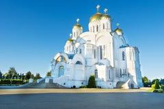 Reusachtige witte orthodoxe tempel Royalty-vrije Stock Fotografie