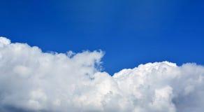 reusachtige witte wolk op blauwe hemel Royalty-vrije Stock Afbeelding