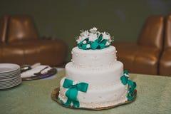 Reusachtige zoete die cake met linten van mastiek 8842 wordt verfraaid Royalty-vrije Stock Fotografie