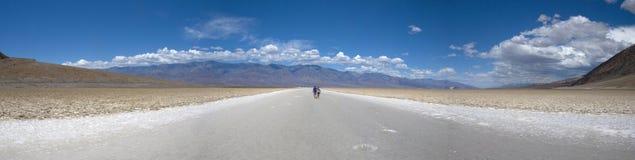 Reusachtige zoute weg in Badwater-Bassin, het Nationale Park van de Doodsvallei - Californië Stock Fotografie