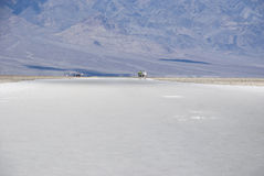 Reusachtige zoute weg in Badwater-Bassin, het Nationale Park van de Doodsvallei - Californië Stock Foto's