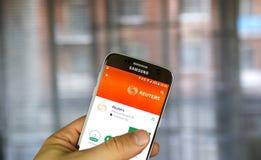 Reuters app στο αρρενωπό τηλέφωνο Στοκ Εικόνες