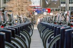 Reuters Plaza στο Canary Wharf που βλέπει μέσω δύο σειρών του σαντάντερ Στοκ φωτογραφία με δικαίωμα ελεύθερης χρήσης