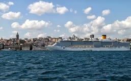 Reuze bewegend hotel in Istanboel stock afbeelding