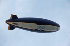 Reuze blimp die boven vliegt Royalty-vrije Stock Fotografie