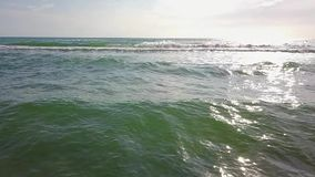 Reuze brekende die golven door hoge winden worden gedreven Luchtonderzoek Langzame Motie stock videobeelden