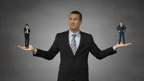 Reuze chef- holdings kleine zakenman en kleine onderneemster stock video