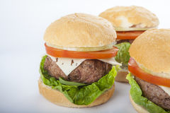 Reuze eigengemaakte geïsoleerde hamburger klassieke Amerikaanse cheeseburger stock fotografie