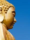 Reuze gouden Boedha onder de blauwe hemel Stock Afbeeldingen