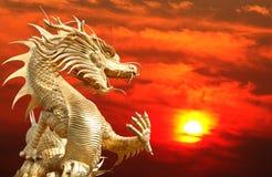 Reuze gouden Chinese draak Royalty-vrije Stock Afbeeldingen