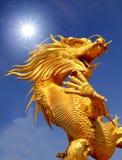 Reuze gouden Chinese draak Royalty-vrije Stock Fotografie