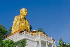 Reuze gouden Monniksstandbeeld genoemd van de Bustehoudersri van Phra Kru Wi Chai Stock Foto's